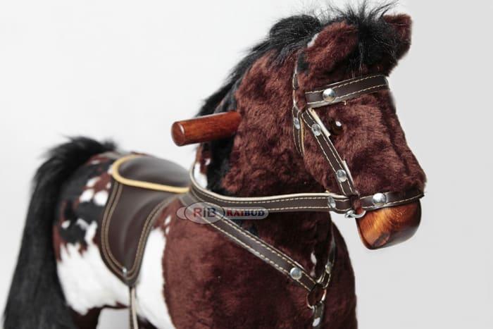 Koń na biegunach z rżeniem apache mały